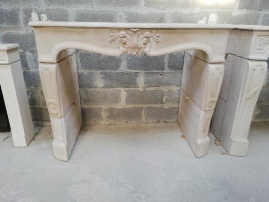 cheminée L XV en copie taillée en pierre de Semont, vieillie et patinée à l'ancienne