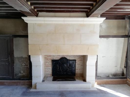 Fourniture et pose d'une cheminée dans le cadre d'une restauration d'une maison